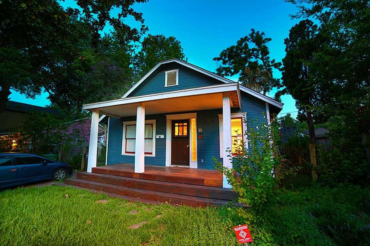 206 Aurora : 988 square feet/ 2 bedrooms / 1 bathroom