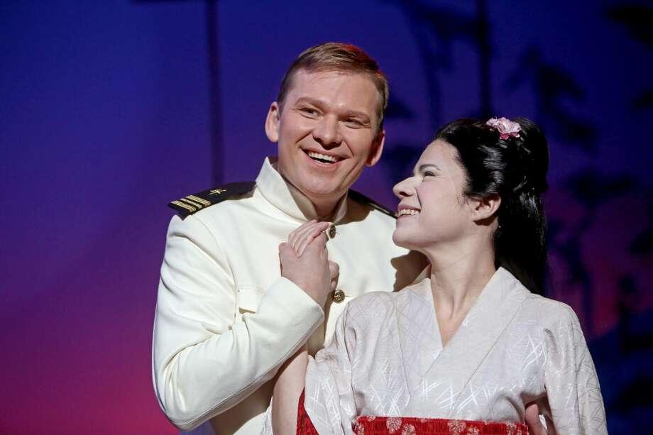 Ana María Martínez junto al tenor ruso Alexei Dolgov (izq.), quien interpreta al Capitán Pinkerton en el drama 'Madame Butterfly', en un montaje de la Houston Grand Opera. Photo: Gary Coronado, Houston Chronicle