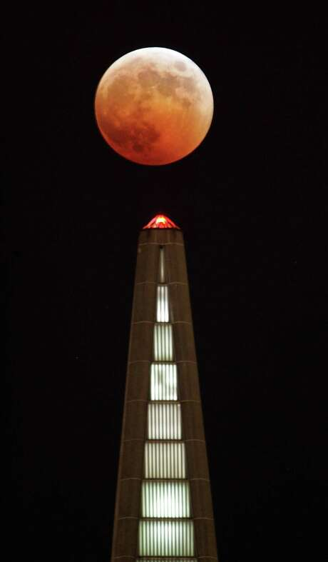 A total eclipse of the moon looms over the Transamerica Pyramid like an ominous pumpkin on Oct. 27, 2005. Photo: Frederic Larson / SFC / The San Francisco Chronicle