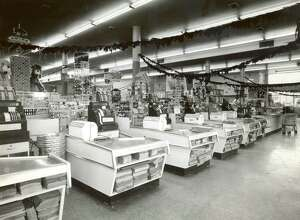 PHOTO FILED:  WEINGARTEN'S-HOUSTON AREA.   HOUCHRON CAPTION (04/29/1971):  INTERIOR OF NEW WEINGARTEN'S STORE, 1100 QUITMAN.  These 10 Checkout Counters Allow Speedy Exit.