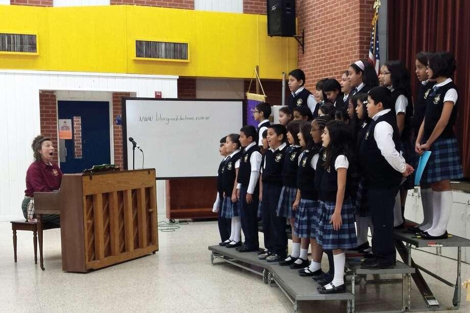 Una de las actividades importantes de la Semana de Escuelas Católicas de la Arquidiócesis de Galveston-Houston es la misa que sirve como punto de partida del evento. En muchas escuelas, los miembros del coro participan en esas misas, para lo cual ensayan desde semanas antes del evento. Photo: Picasa, Arquidiócesis De Galveston-Houston