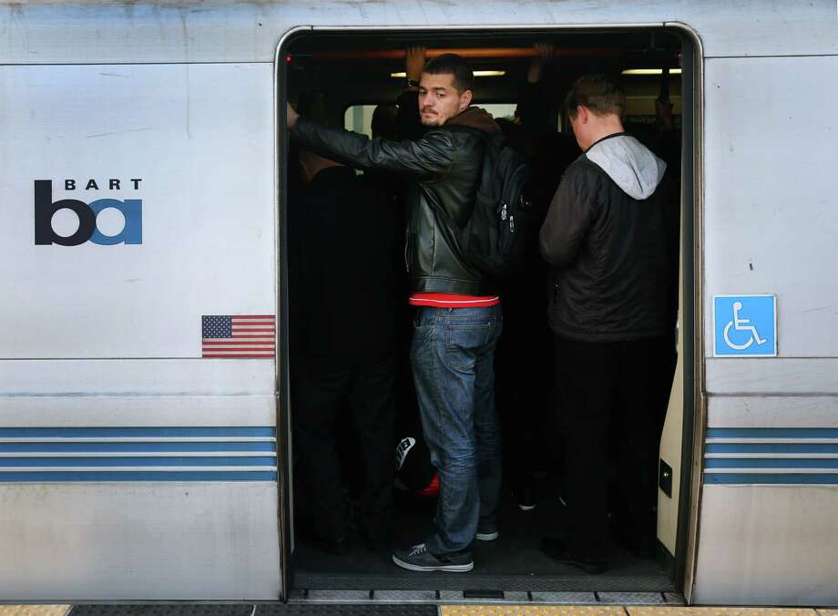 Passengers squeeze into a crowded westbound train at the West Oakland BART Station. Photo: Paul Chinn / The Chronicle / ONLINE_YES