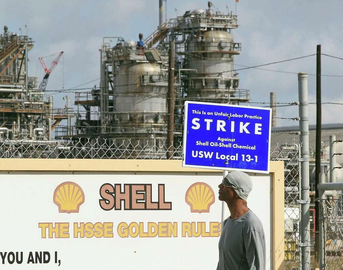 A striking United Steelworker Union member picketing outside the the Shell Deer Park Refinery Sunday, Feb. 1, 2015, in Deer Park. ( James Nielsen / Houston Chronicle )