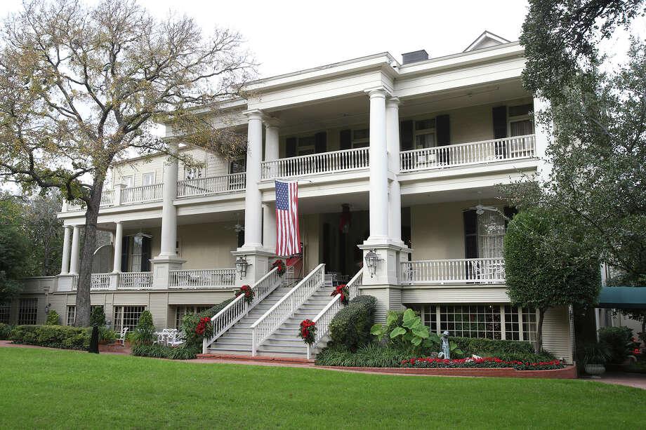 The Argyle Club's stately entrance on Patterson Avenue. Photo: Tom Reel / San Antonio Express-News