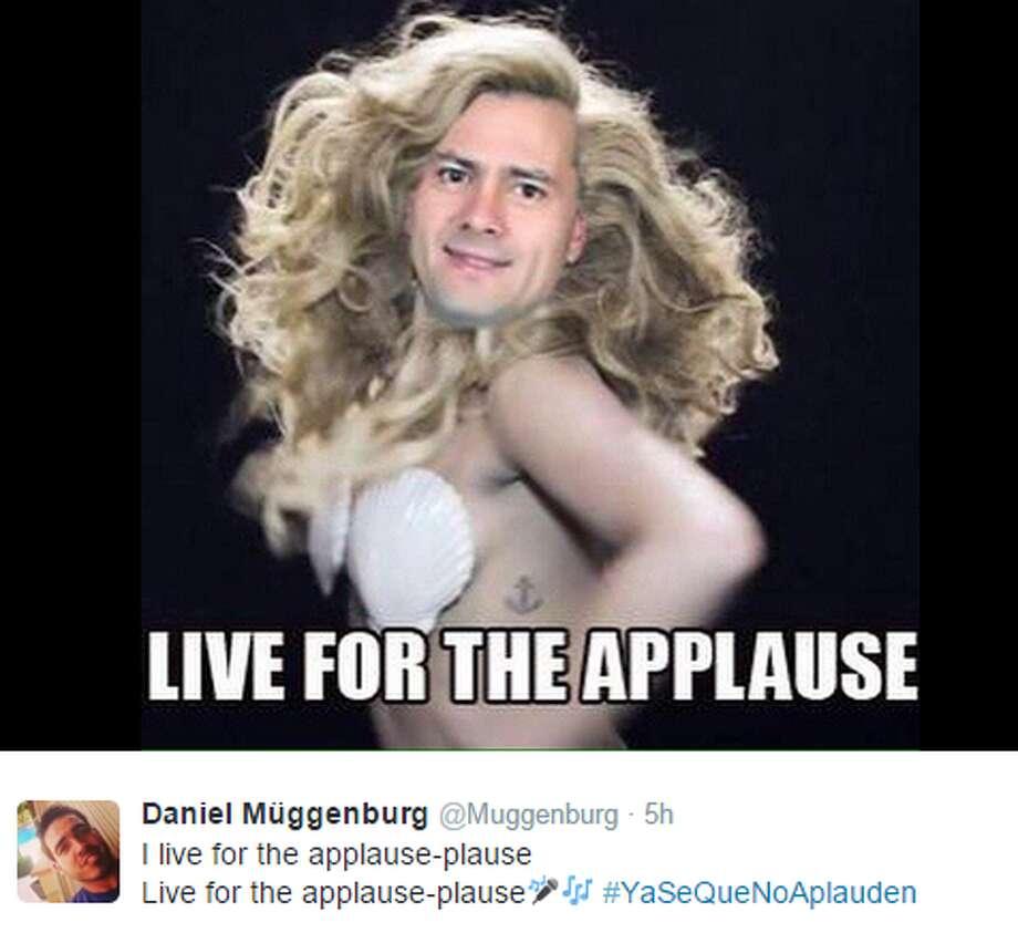 """""""Yo vivo por el aplauso.""""   Foto: @Muggenburg Photo: @Muggenburg, Screenshot"""