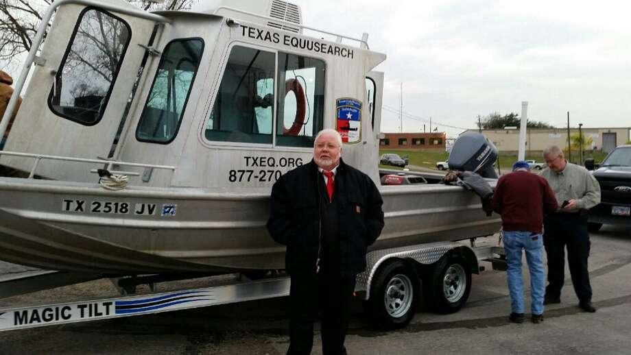El concejal Michael Kubosh está ayudando a Texas Equusearch a reunir suficiente dinero para empezar a sacar los vehículos que el grupo ha detectado en el fondo de varios canales de Houston. Photo: Texas Equusearch