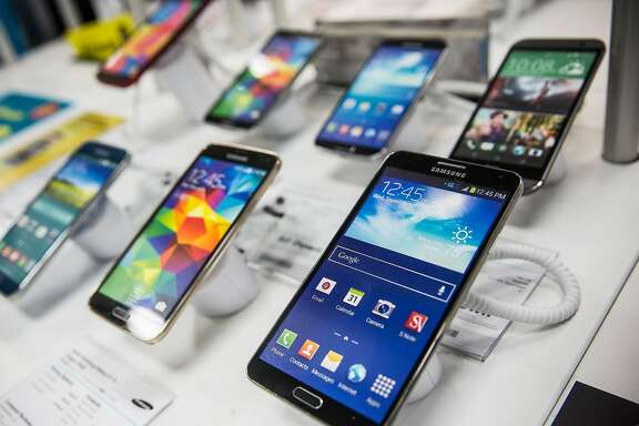 NEW YORK, NY - JANUARY 29:  Samsung phones sit on display at a Best Buy on January 29, 2015 in New York City. For the first time in three years Samsung reported a decline in profit.  (Photo by Andrew Burton/Getty Images)