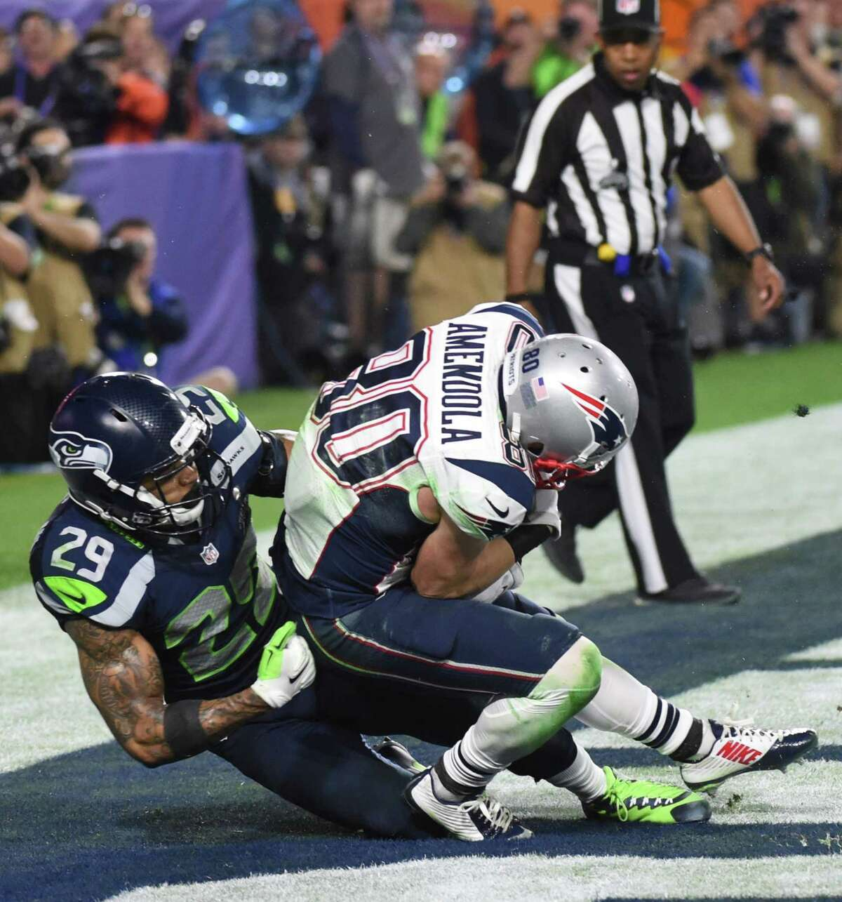 Danny Amendola (R) of the New England Patriots scores a touchdown against Earl Thomas (L) of the Seattle Seahawksin the fourth quarter during Super Bowl XLIX February 1, 2015 at University of Phoenix Stadium in Glendale, Arizona. The New England Patriots defeated the Seattle Seahawks 28-24. AFP PHOTO / TIMOTHY A. CLARYTIMOTHY A. CLARY/AFP/Getty Images ORG XMIT: 34733749