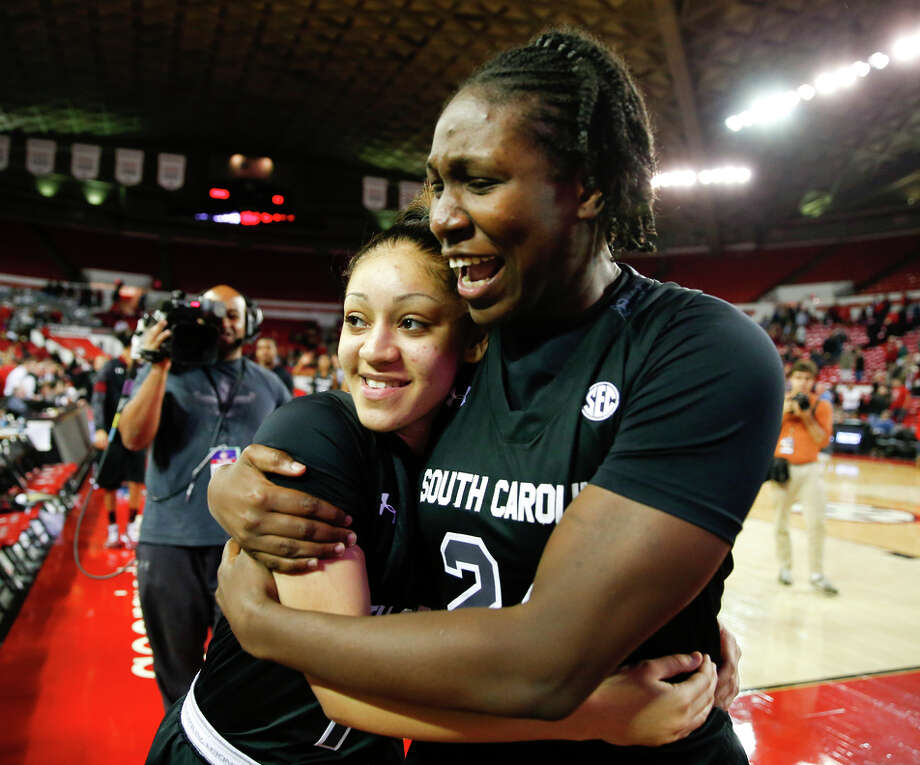 Bianca Cuevas (left) embraces Aleighsa Welch after South Carolina remained perfect with its 22nd win. The top-ranked Gamecocks meet No. 2 UConn in a matchup of top teams Monday. Photo: John Bazemore / Associated Press / AP
