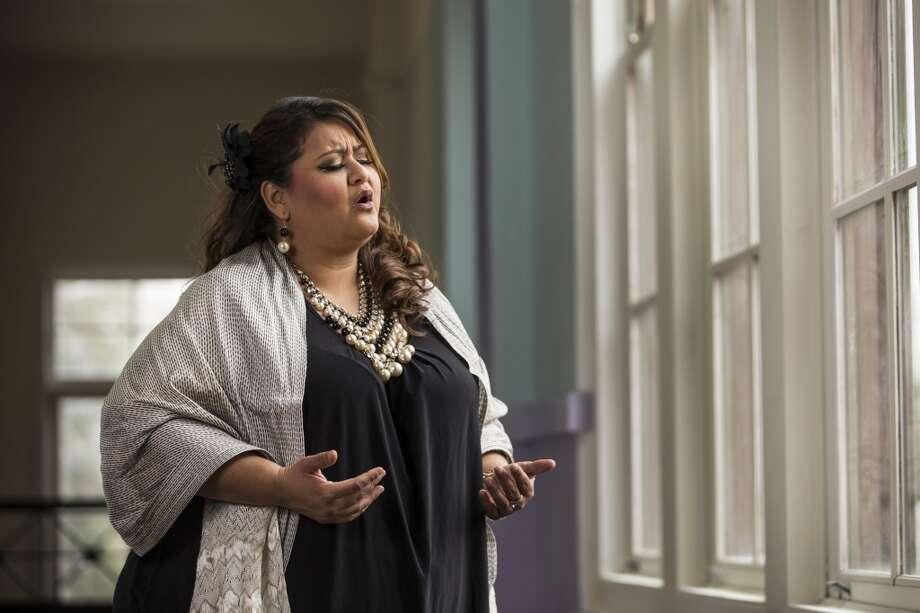 Vanessa Alonzo canta en uno de los pasillos del centro cultural MECA un lugar que dice que es como su segunda casa ya que ahí estudió música desde la adolescencia. Photo: Brett Coomer, Houston Chronicle