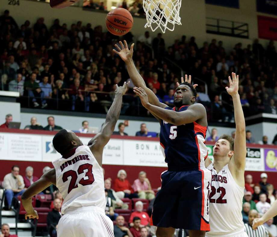Gonzaga's Gary Bell Jr. (5) gets between Santa Clara's Jared Brownridge (23) and Matt Hubbard in a come-from-behind win for the Bulldogs on Thursday. Photo: Marcio Jose Sanchez / Associated Press / AP