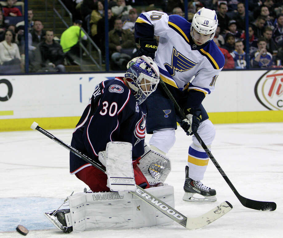 Columbus goalie Curtis McElhinney makes one of his 32 saves, stopping a shot by St. Louis forward Joakim Windstrom in the third period. Photo: Jay LaPrete / Associated Press / FR52593 AP