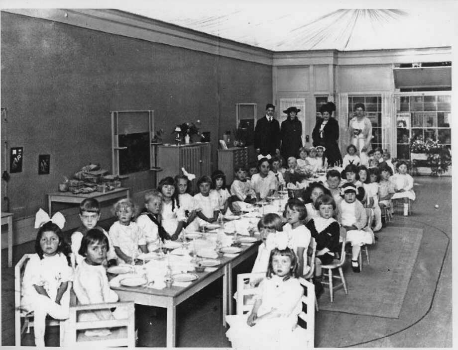 Glass Classroom, the Montessori school at the Pan Pacific International Exposition 1915 World's Fair in San Francisco.  Maria Montessori stands in back in the big feathered hat. Photo: Collection Of Donna Ewald Huggin