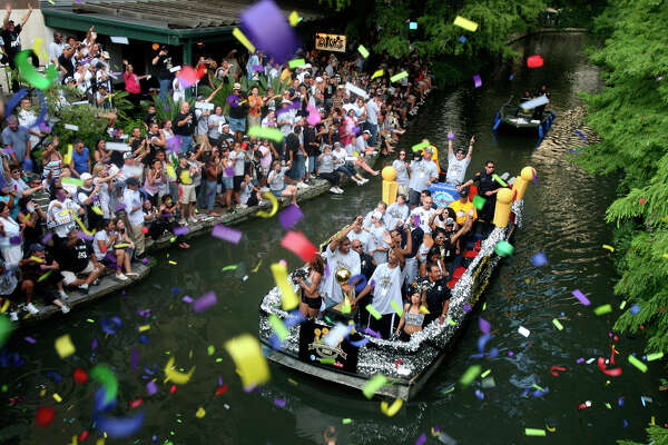Tim Duncan and Bruce Bowen acknowledge the fans as confetti falls on them during the Spurs Championship Parade Sunday, June 17, 2007 on the San Antonio River. BAHRAM MARK SOBHANI/STAFF