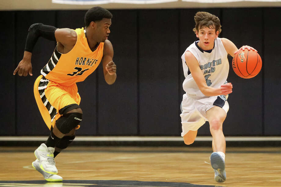 South San's Johnnie Crisp (right) brings the ball up the court as East Central's Wanya Ward closes in during the second quarter at the Durbon Athletic Center on Jan. 21, 2014. Photo: Marvin Pfeiffer /San Antonio Express-News / Prime Time Newspapers 2014