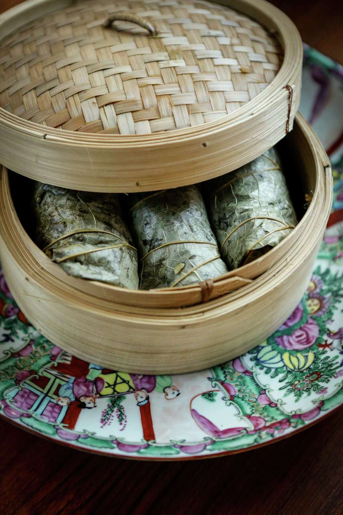 Steaming the lotus leaf-wrapped sticky rice packets.