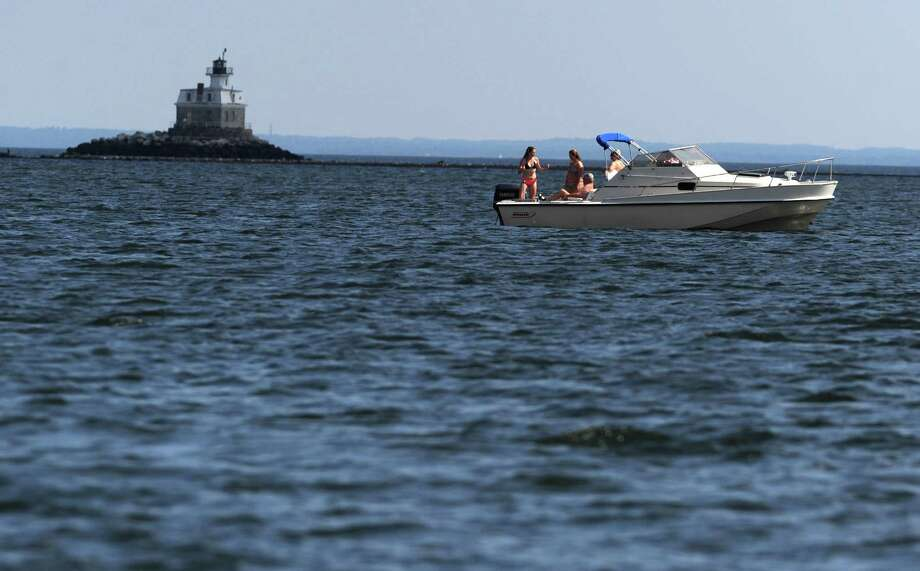 Boaters on the Long Island Sound off of Jennings Beach in Fairfield, Conn., Photo: Autumn Driscoll / Connecticut Post