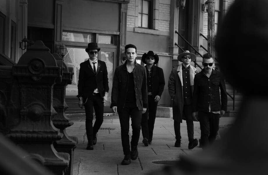 El grupo mexicano de rock Kinky eleva el listón de su carrera y abre la paleta de sus sonidos en un disco acústico excepcional. Photo: Nacional Records