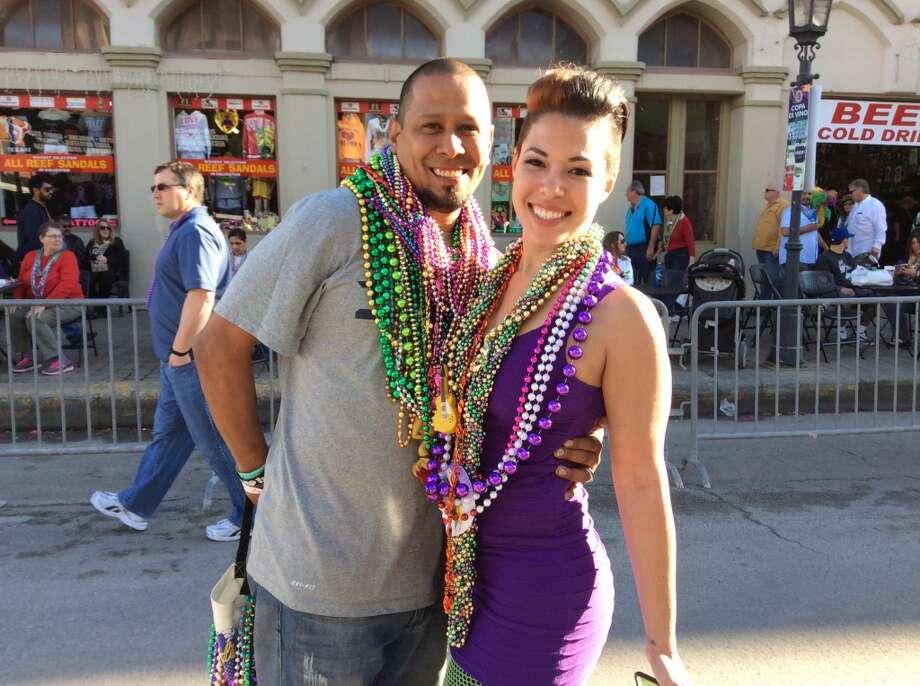 Juerguistas celebran Mardi Gras en el histórico Distrito Strand de Galveston el sábado 7 de febrero de 2015. Photo: Andrea Waguespack, Houston Chronicle