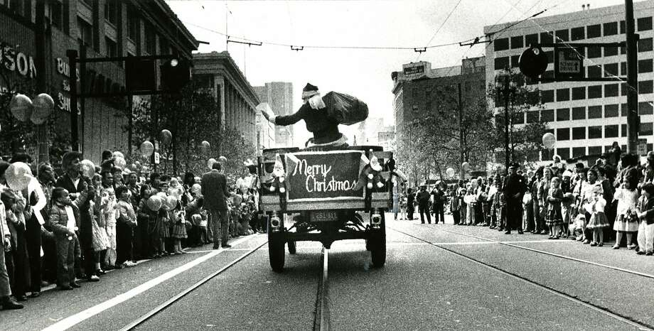 Emporium Santa rolls down Market Street. Nov. 21, 1982. Photo: Fred Larson, The Chronicle