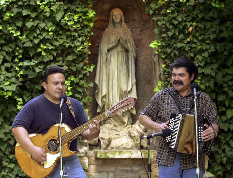 Armando Tejeda (left) and Juan Tejeda perform at the Sesquicentennial Celebration of the Ursuline Convent and Academy on Sept. 23, 2001. Photo: Jerry Lara / San Antonio Express-News / SAN ANTONIO EXPRESS-NEWS