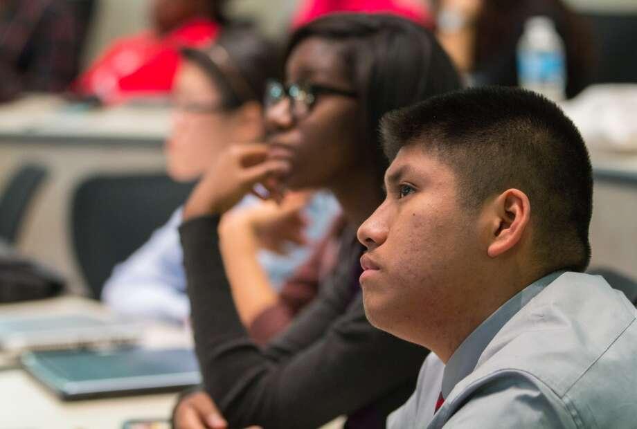 Los estudiantes que participan en el programa Emerge reciben una instrucción completa que incluye cómo solicitar becas y ayuda  financiera de las universidades a las que quieren ir. Photo: Cortesía Del HISD