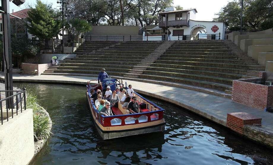 A river barge cruises past Arneson Theatre on Thursday. Photo: Kin Man Hui /San Antonio Express-News / ©2015 San Antonio Express-News