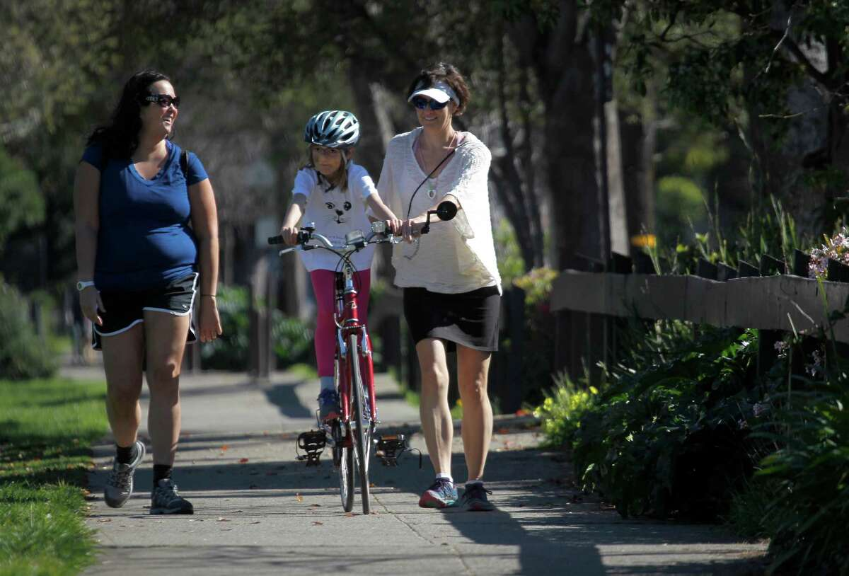 A family and friends safely walk and ride in harmony on the Ohlone Greenway in Berkeley, but which side should they walk on? (Chronicle file photo)