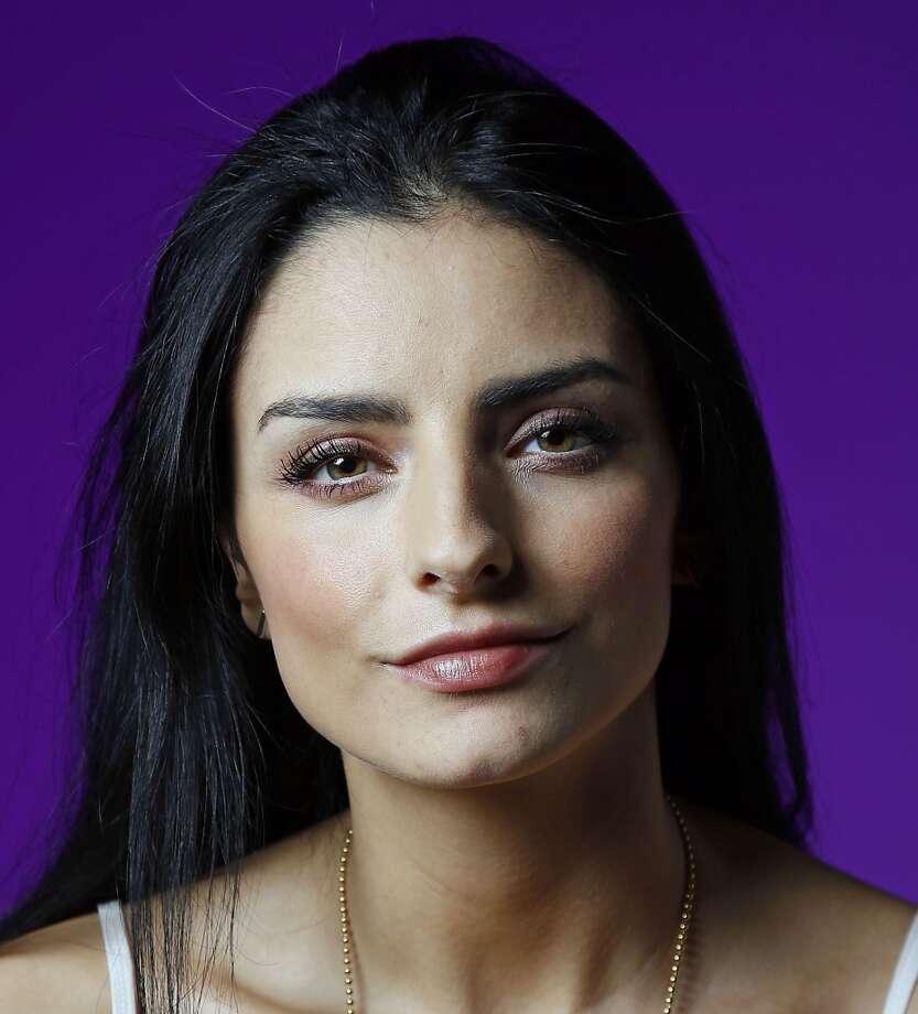 La actriz mexicana Aislinn Derbez durante la sesión de fotos con La Voz de Houston. Photo: James Nielsen, Houston Chronicle