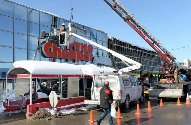 Crews from Signworks sign corp. of Queensbury takes down the old Price Chopper sign at the Shopper's World plaza on Rt. 146 Wednesday Feb. 18, 2015 in Clifton Park, N.Y. According Price Chopper spokesperson Mona Golub, the sign was removed to make way for Market 32?s new contemporary facade. (John Carl D'Annibale / Times Union) Photo: John Carl D'Annibale / 00030678A