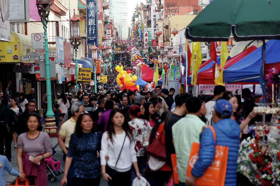 Weekend shoppers throng Grant Avenue in Chinatown in San Francisco. Photo: Scott Strazzante / The Chronicle / ONLINE_YES