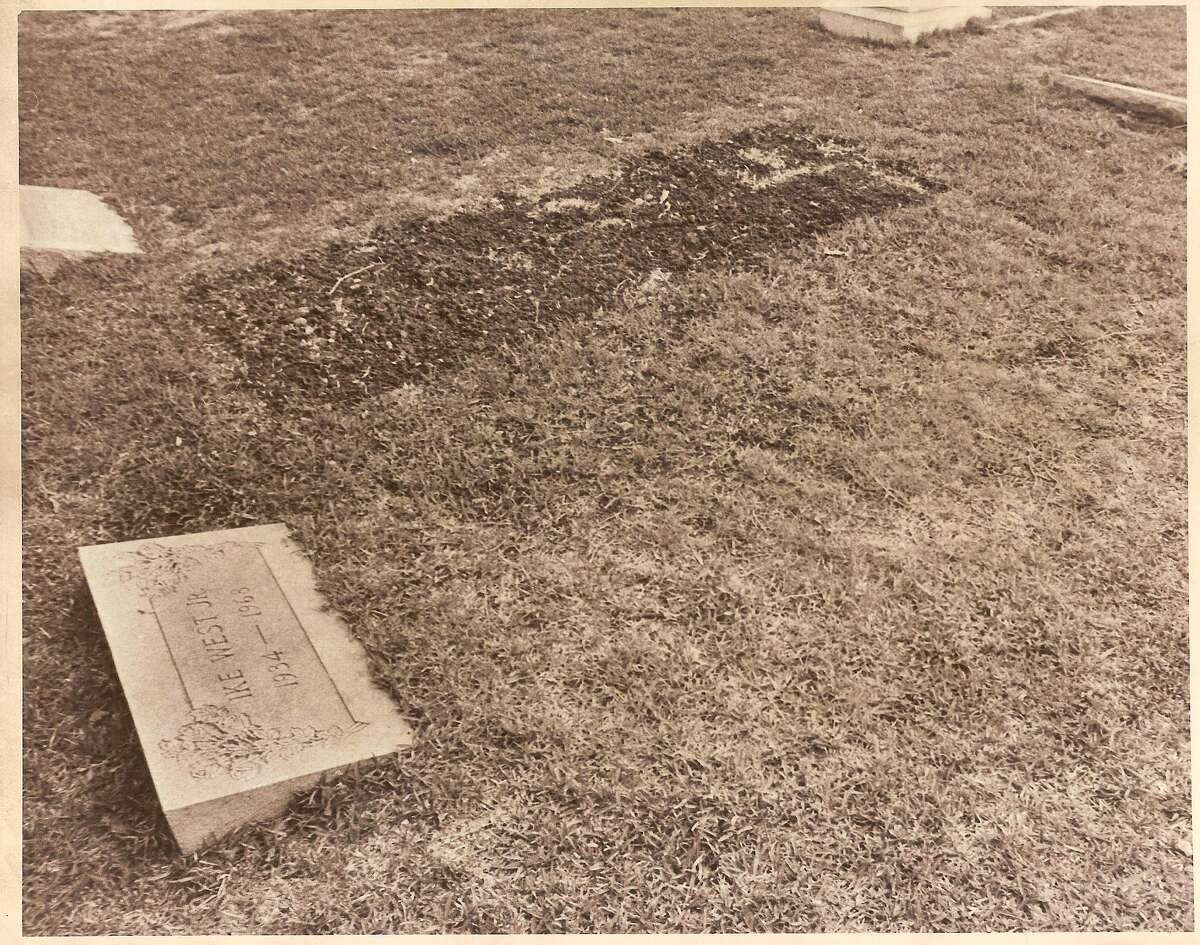 The burial site of Texas oil millionaire Ike West in 1977.