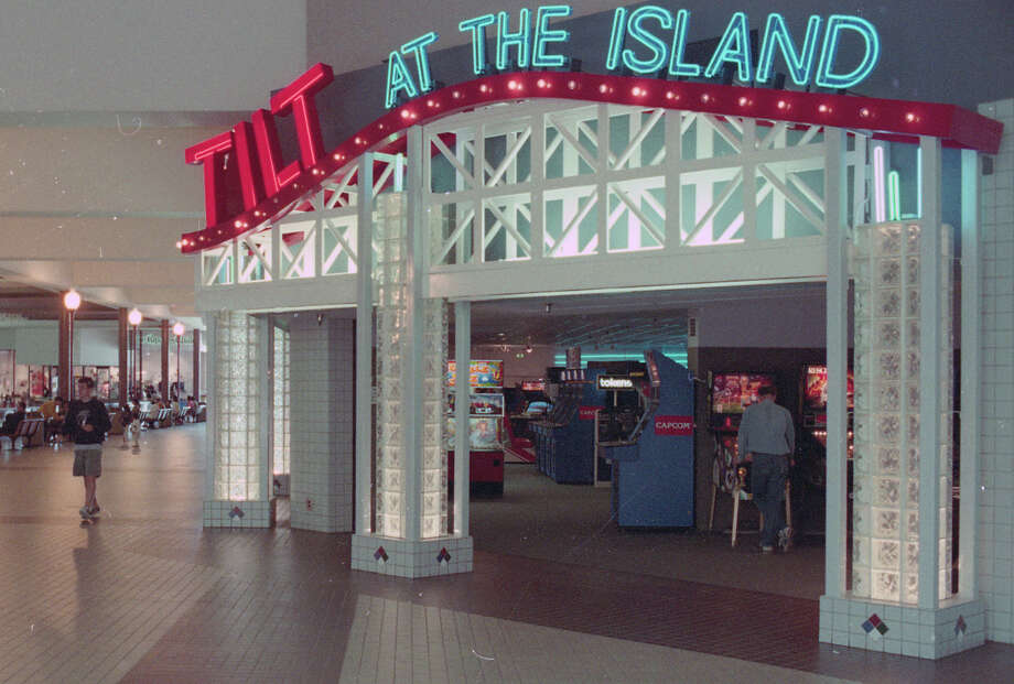 July 23, 1994: Tilt at the Island, an arcade at Fashion Island mall in Foster City. Photo: Steve Castillo / The Chronicle / ONLINE_YES