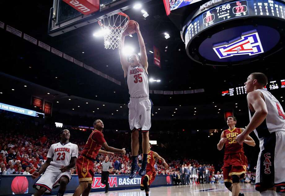 Kaleb Tarczewski dunks the ball against USC. Photo: Christian Petersen / Getty Images / 2015 Getty Images