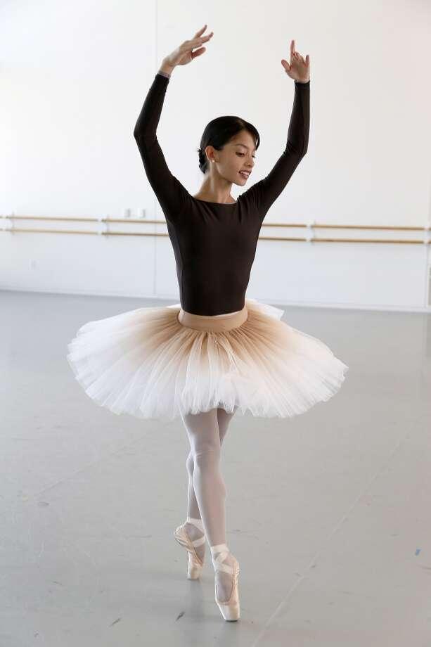 Karina González revela que, desde septiembre, ha estado preparando el ballet que el coreógrafo australiano Stanton Welch creó pesando en ella y en el cual habrá vestuario y escenografías nuevas. Photo: Karen Warren, Houston Chronicle