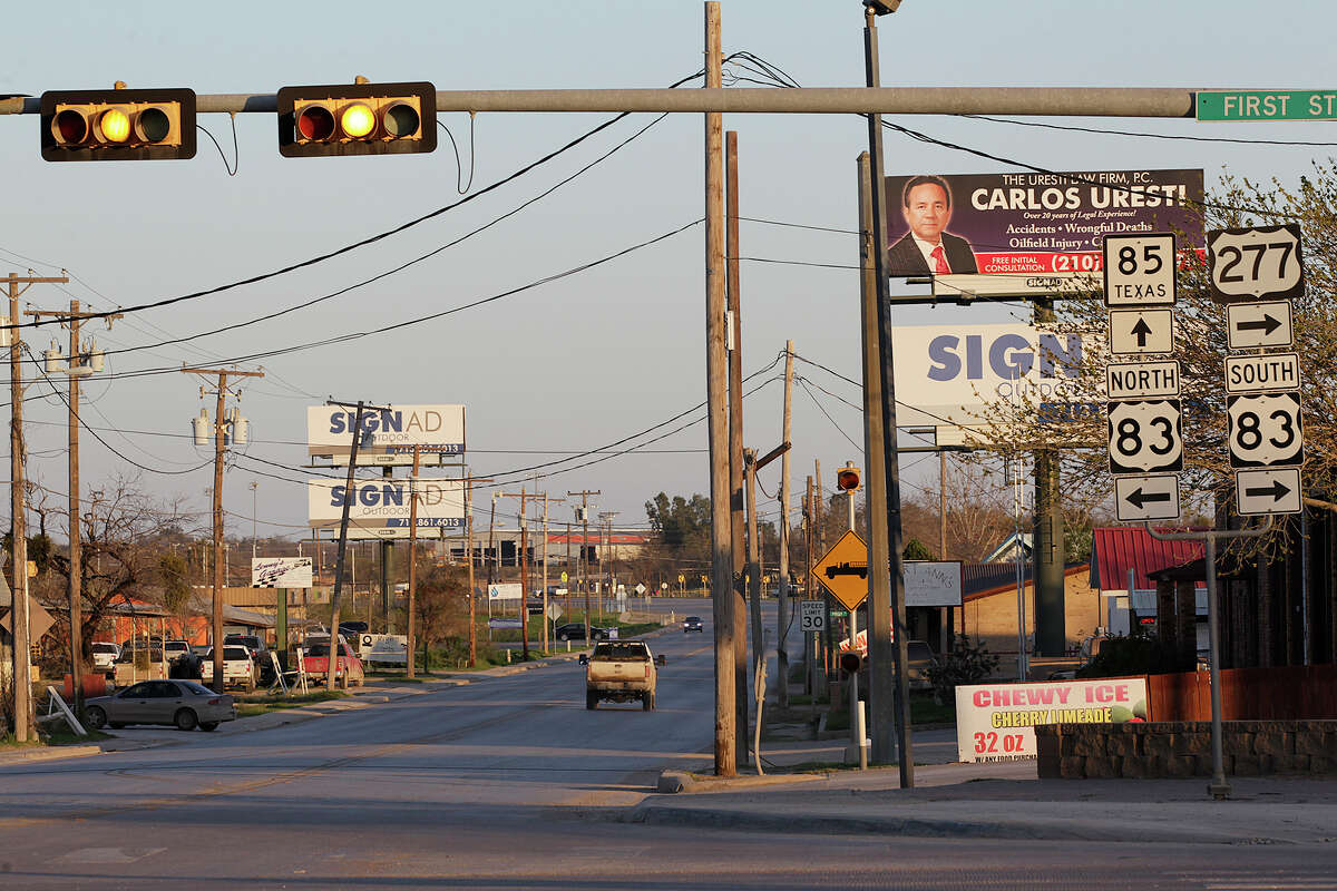 Traffic tapers off as the day comes to an end Wednesday in Carrizo Springs. A drop in the price of crude oil is leading to a slowdown in the Eagle Ford Shale play.