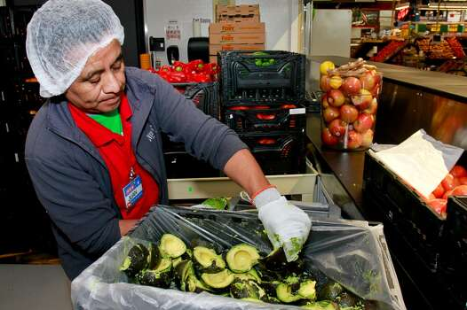 Juan Xic preparing fresh guacamole  in the new 91,000-square-foot H-E-B in Tanglewood. (For the Chronicle/Gary Fountain, February 17, 2015) Photo: For The Chronicle