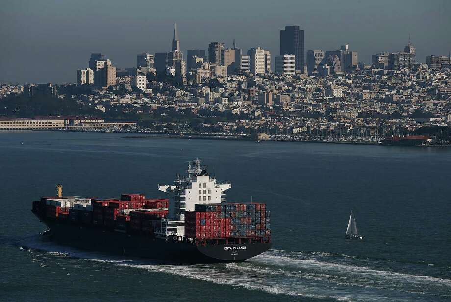 A container ship travels through San Francisco Bay on its way to the Port of Oakland. Photo: Justin Sullivan, Staff / 2015 Getty Images
