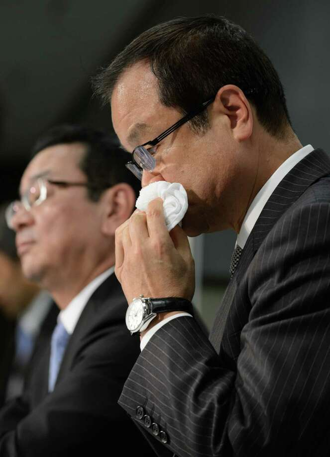 Takanobu Ito, right, who will depart in June as Honda Motor Co.'s president and CEO, pauses during a news conference Monday in Tokyo as Takahiro Hachigo, the incoming leader, speaks. Photo: Akio Kon / © 2015 Bloomberg Finance LP