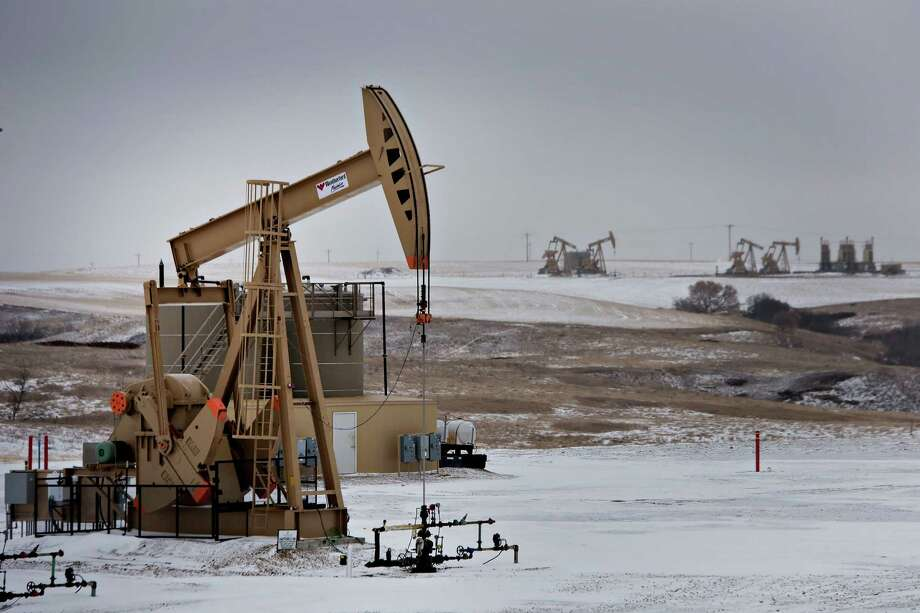 Big investors are hoping to find bargains among cash-short oil companies, as low crude prices reduce the value of oil pumped from wells like this one in North Dakota. Photographer: Daniel Acker/Bloomberg Photo: Daniel Acker / © 2015 Bloomberg Finance LP