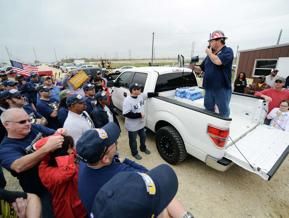 Lee Medley, leader of United Steelworkers Local 13-1, speaks outside Motiva Enterprises' plant in Port Arthur over the weekend.  Photo: Jake Daniels / ©2014 The Beaumont Enterprise/Jake Daniels