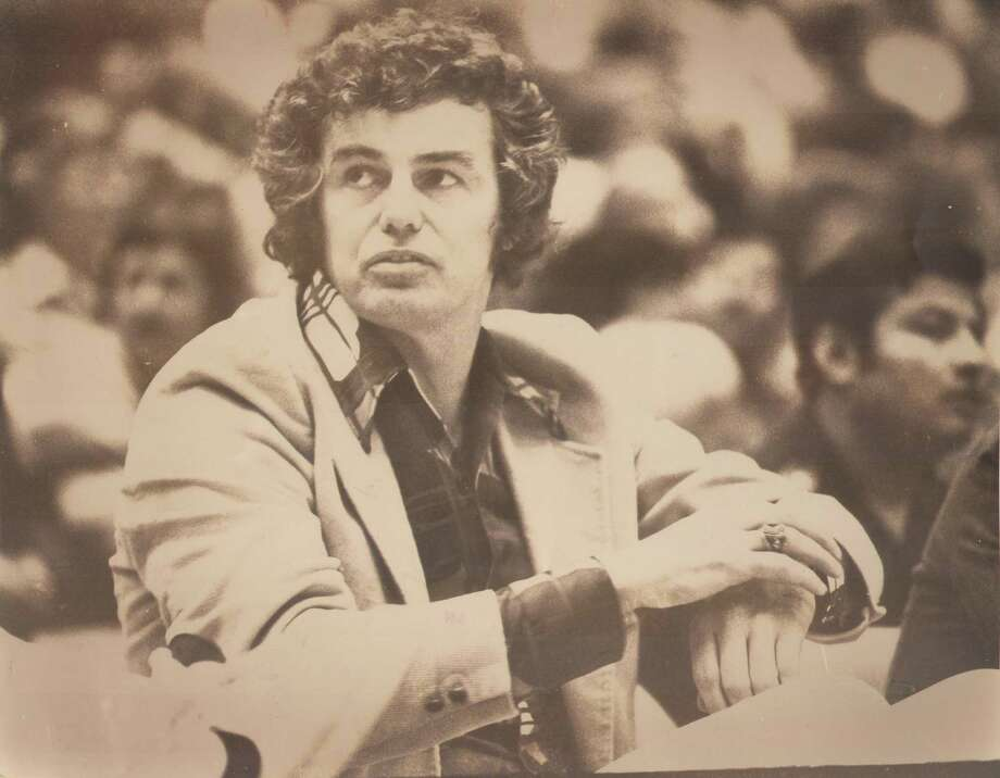 Doug Moe works the sideline during a 1977 game as head coach of the San Antonio Spurs. Photo: Express-News File Photo