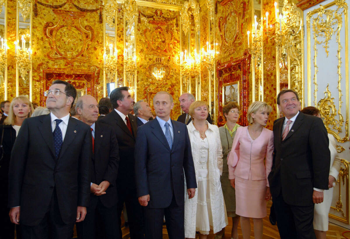 (From L-R): European Commission President Romano Prodi, Greek Prime Minister Costas Simitis, Tajik President Emomali Rakhmonov, Russian President Vladimir Putin, Russian first lady Lyudmila Putina, Doris and Gerhard Schroeder, German Chancellor, visit the Amber Room during its opening after a complete restoration in the Catherine Palace in St. Petersburg,31 May 2003. The Russian President Vladimir Putin and German Chancellor Gerhard Schroeder on Saturday officially opened the painstakingly recreated Amber Room, a chamber in the Catherine Palace in the suburb of Tsarskoye Selo that was lost after German troops dismantled and carted it off during World War II. AFP PHOTO/POOL/Alexander Zemlianichenko