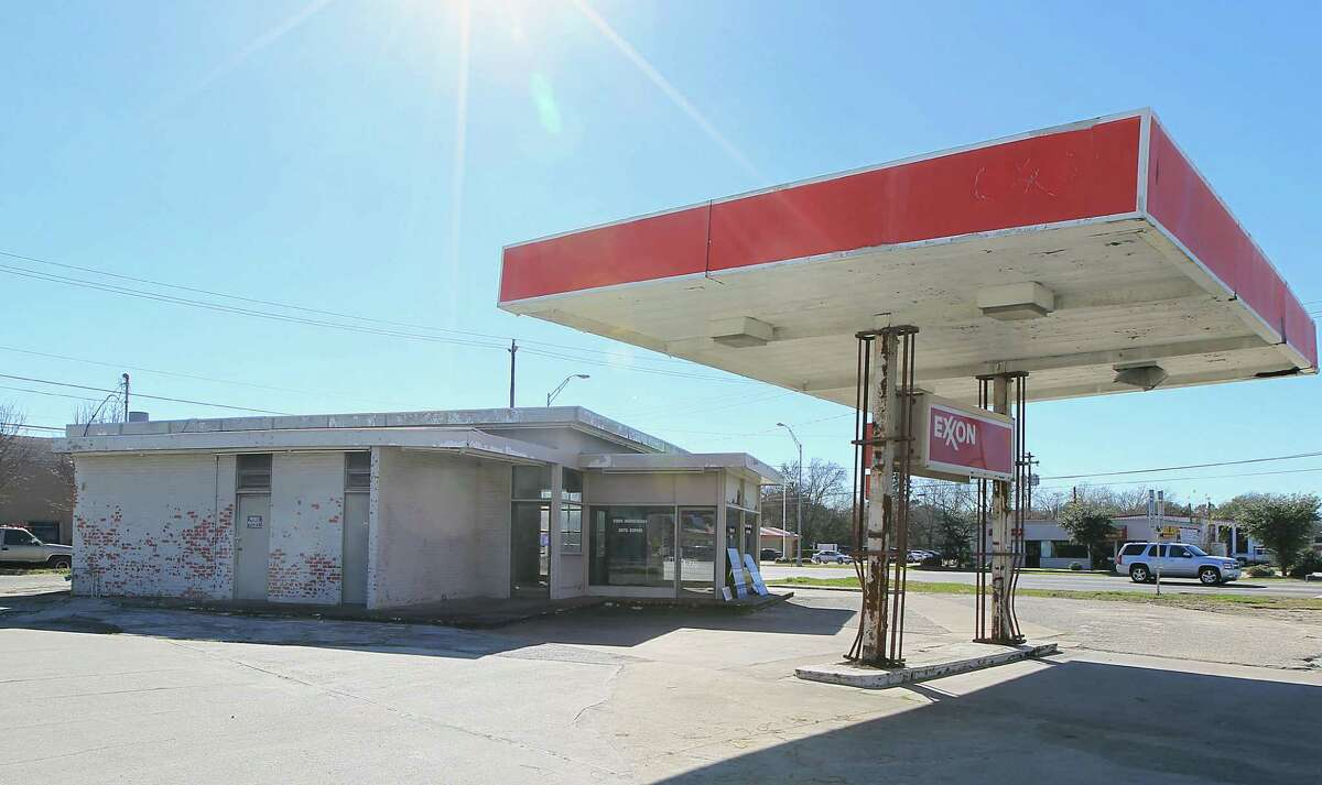 Pearland restaurateur Ronnie Killen wants to transform this site at Texas 35 and FM 518 into his next restaurant, Killen's Burger.
