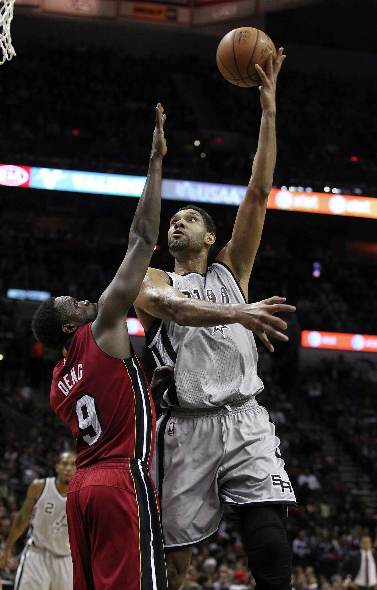 Spurs' Tim Duncan (21) shoots over Miami Heat's Luol Deng (09) at the AT&T Center on Friday, Feb. 6, 2015. (Kin Man Hui/San Antonio Express-News)