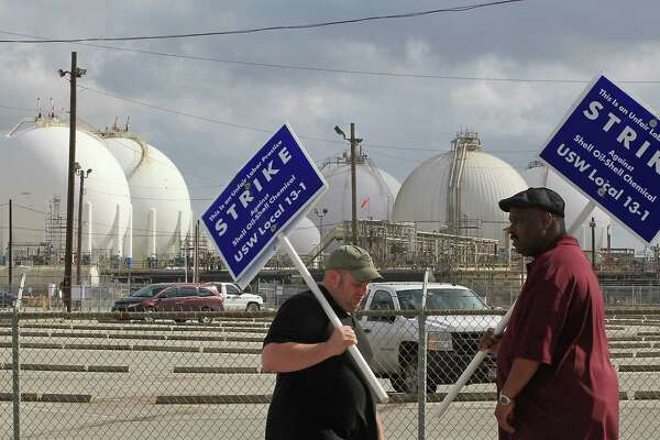 Striking United Steelworker Union members picketing outside the the Shell Deer Park Refinery Sunday, Feb. 1, 2015, in Deer Park. ( James Nielsen / Houston Chronicle )