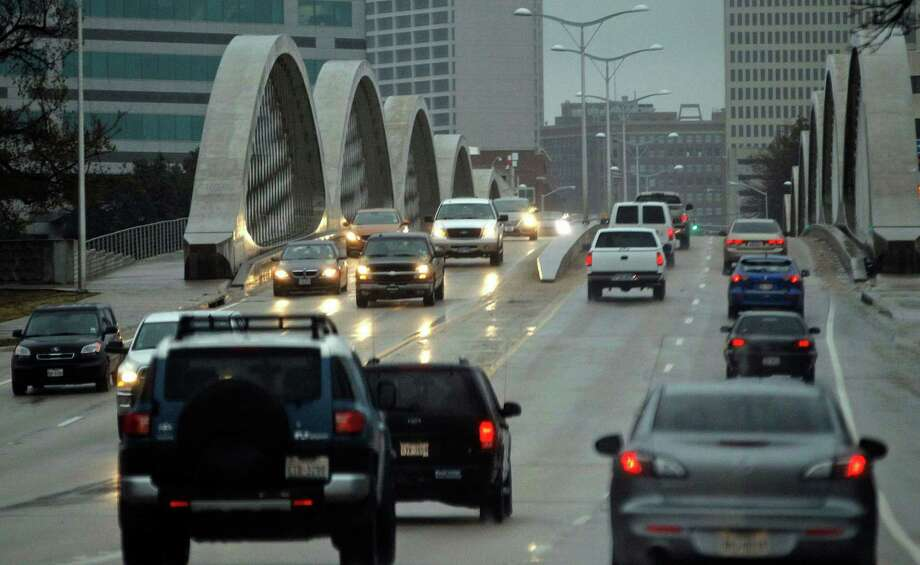 Cold rain greeted rush hour drivers Wednesday in Fort Worth as a cold front also forced airlines to cancel many flights. Photo: Ron Jenkins / WEDNESDAY RAIN