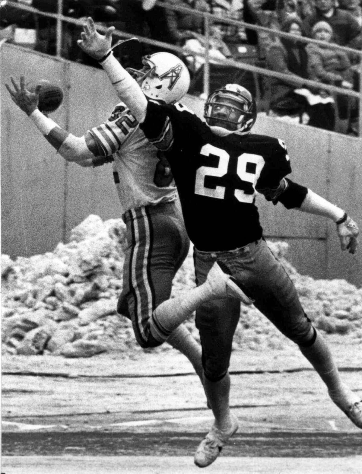 Mike Renfro's non-catch When: 1979 AFC championship at Pittsburgh The call: With the Oilers trailing 17-10 late in the third quarter, Renfro appeared to catch Dan Pastorini's pass in the back right corner of the end zone and come down in bounds for the apparent tying touchdown. Replays seemed to back that up, but the officials ruled Renfro didn't have control of the ball before going out of bounds. The Oilers had to settle for a field goal. The impact: Instead of being tied, the Oilers trailed by four and the Steelers added 10 points in the fourth quarter to seal their Super Bowl berth. Oilers players and fans to this day maintain Renfro caught the ball in bounds, and it's safe to say the game might've played out differently.
