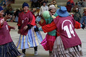 Grandmothers in Bolivia stay fit playing team handball - Photo
