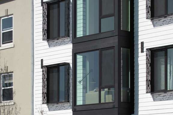 The new condominium building at 870 Harrison St. may not be an icon, but it's a crisply detailed example of infill housing.